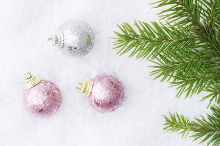 Christmas balls in the snow near the Christmas tree branch. Christmas and New Year card - concept. Copy space Banque d'images - 135503170
