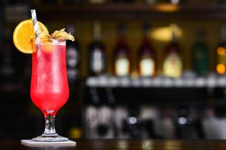 Colada de Fresa. Cóctel decorado rojo en la mesa de la barra. Foto de archivo
