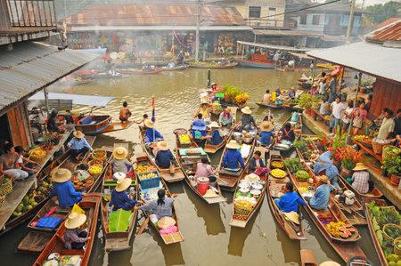 アンパワ, タイ, 2010 年 1 月 21 日 - ボート アンパワ水上マーケット、アンパワ、タイの果物と野菜を搭載します。