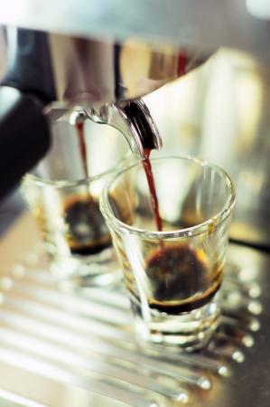 capuchino: Taza de caf? de m?quina de preparaci?n de caf? Foto de archivo