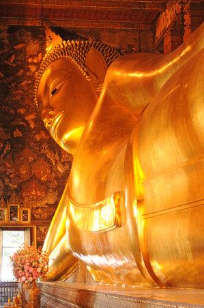 po: golden reclining buddha statue  Wat Pho, Bangkok, Thailand