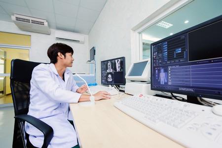 veterinarian doctor with MRI computer control Standard-Bild