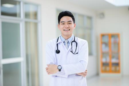 若いアジア医師肖像画