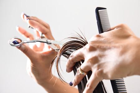 Ruce kadeřníkem stříhání vlasů s hřebenem a nůžky