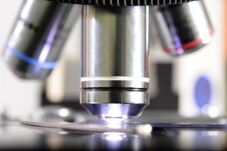 laboratorio clinico: dispararon cerca de microscopio en el laboratorio de sangre