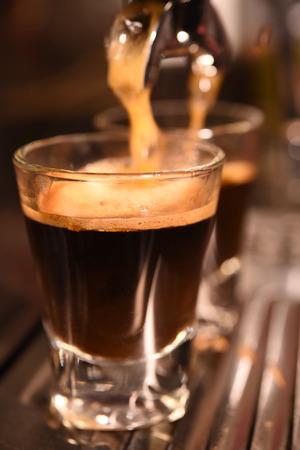 コーヒー マシンのコーヒーを 1 杯を準備します。