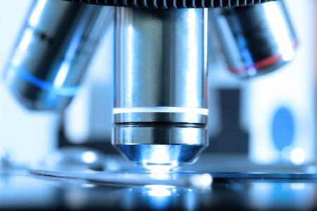 青フィルターと間近で血液研究室で顕微鏡のショットを取る 写真素材