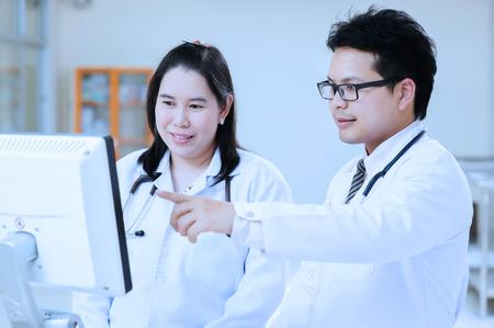 equipos medicos: joven asi�tico retrato de m�dico tome con filtro azul