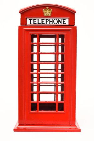 cabina telefonica: Cabina de teléfono roja aislada en el fondo blanco Foto de archivo