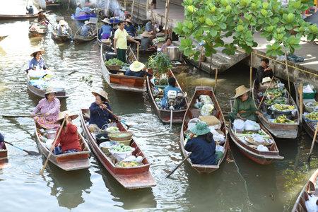 th�?¨: AMPHAWA 29 de abril: Barcos de madera est�n cargados de frutos de los huertos en el mercado flotante de Tha Kha el 29 de abril de 2015, de Amphawa. Una forma tradicional todav�a se practica en Tha Kha canales de Tailandia.