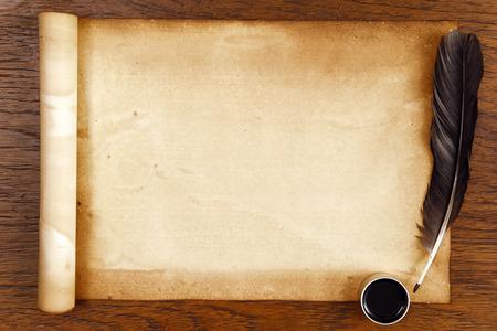 茶色木目羽とインクの古いペーパー。