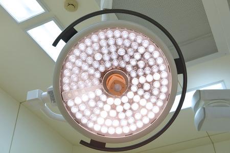 quirurgico: l�mparas quir�rgicas en la sala de operaciones.