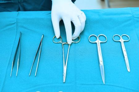 青フィルターとツールをつかんで手で steralized 手術用器具の詳細ショット