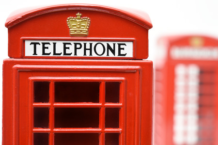 cabina telefono: Cabina de teléfono roja aislada en el fondo blanco Foto de archivo