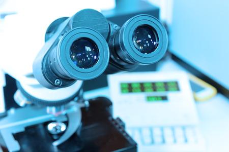 すぐ血液検査で顕微鏡のショットを芸術的な照明と取るし、青のフィルター 写真素材