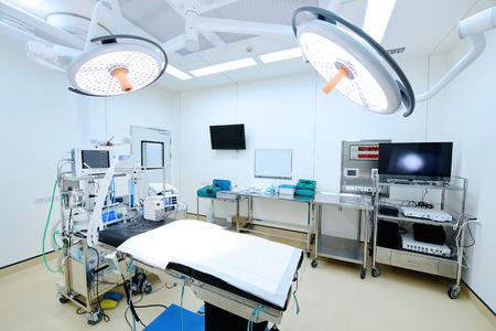 equipos y dispositivos médicos en la moderna sala de operaciones Foto de archivo