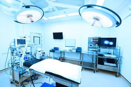 équipement: équipements et dispositifs médicaux dans la chambre d'exploitation moderne prennent avec éclairage d'art et filtre bleu