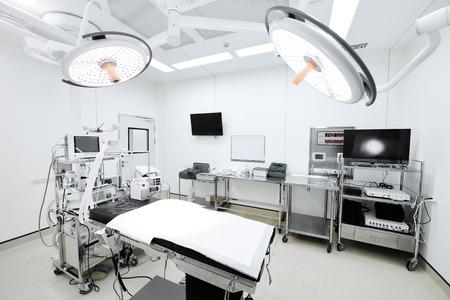 quirurgico: equipos y dispositivos médicos en la moderna sala de operaciones toman con la técnica de color selectiva y la iluminación del arte Foto de archivo