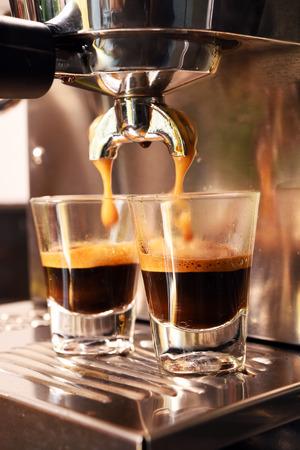 コーヒー マシンは、コーヒーのカップを準備します。