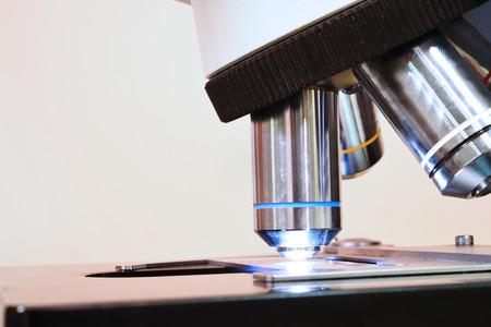 microscopio: dispararon cerca de un microscopio en el laboratorio de sangre
