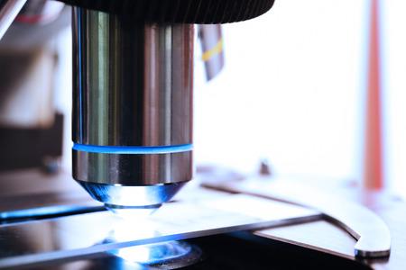 equipos medicos: dispararon cerca de un microscopio en el laboratorio de sangre