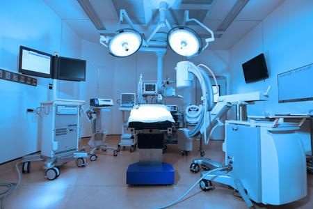 Anlagen und medizinische Geräte in modernen Operationssaal mit Kunst Beleuchtung und Blaufilter nehmen