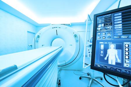 미술 조명 및 블루 필터가 장착 된 MRI 스캐너 실 스톡 콘텐츠