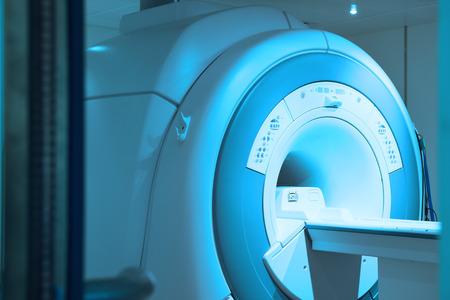 Sala de escáner de resonancia magnética con iluminación de arte y filtro azul