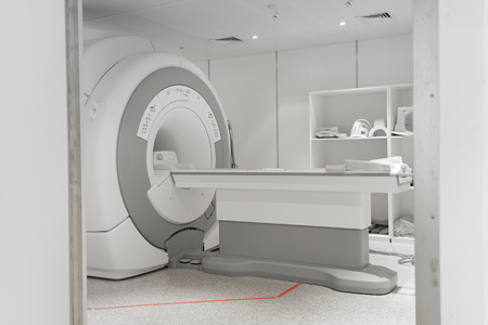 MRI 스캐너 실은 선택적 색상 기법과 예술 조명을 사용합니다.