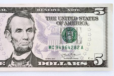 Sluit omhoog van bankbiljet op hand op witte achtergrond wordt geïsoleerd die