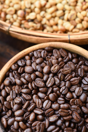 cafe colombiano: Close up of coffee beans in wooden bowl