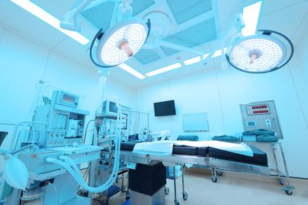 L'équipement et les dispositifs médicaux dans la salle d'opération moderne prennent avec l'éclairage d'art et le filtre bleu