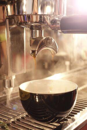 zbliżenie ekspresu do kawy przygotowującego filiżankę kawy