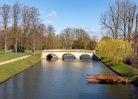 The River Cam in Cambridge with college bridge and punts on a sunny day Zdjęcie Seryjne