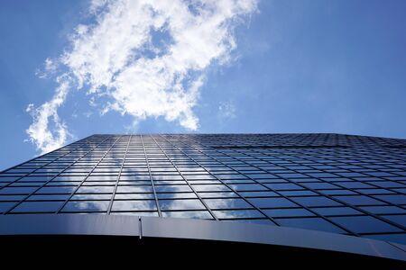 Wand eines Wolkenkratzers Nahaufnahme, Gebäudeteile in der Innenstadt. Stadt, Flachwinkelansicht. Blick auf die Vorderseite eines Wolkenkratzers. Chicago, Illinois