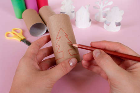 How to make trees. Daily activities, diy for kids, zero waste, eco toys hand made from paper roll.Easy to make. 2 step draw silhouette of tree. 免版税图像