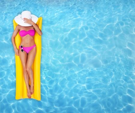 piernas sexys: Mujer de relax en una piscina