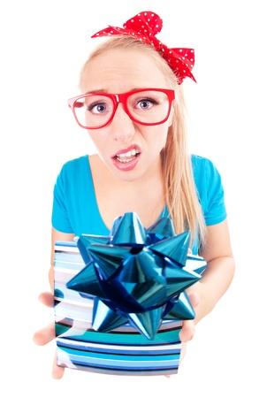 decepción: Funny girl decepcionado con un regalo