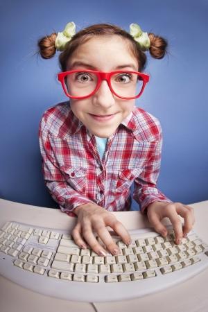 geek: En la línea charla, chica divertida en el computador