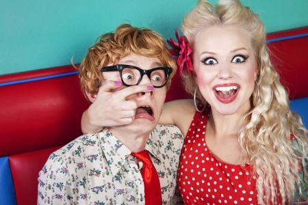 mujer fea: La muchacha est� haciendo una burla de un chico nerd Foto de archivo