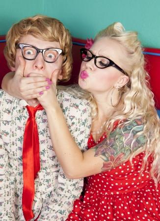 besos apasionados: Girlfriend est� tratando de besar a un chico t�mido nerd Foto de archivo