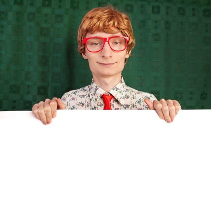 geek: Individuo divertido que muestra con tarjeta en blanco