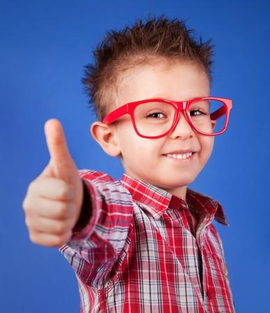 five years old: Allegro di cinque anni ragazzo con il pollice in su