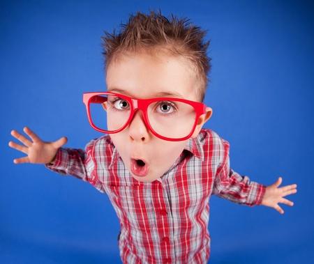 five years old: Divertenti i cinque anni ragazzo con la faccia espressiva, concetto comportano male