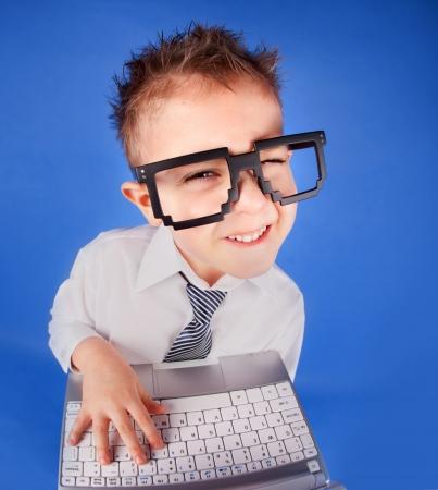 five years old: Cinque anni del ragazzo con un computer portatile Archivio Fotografico
