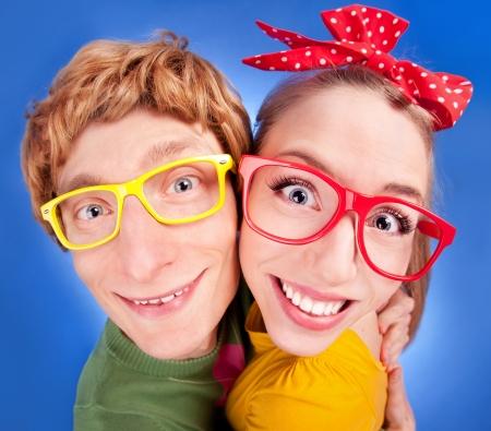couple enlac�: Couple heureux embrassant ringard