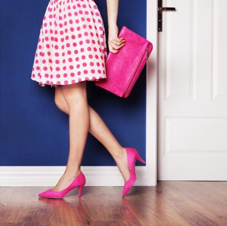 zapato: Al salir concepto, chica vestida de rosa