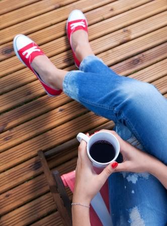 patio deck: Donna che si distende su un patio