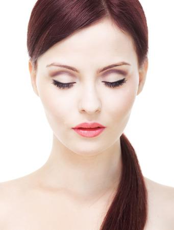 ojos cerrados: Atractiva mujer con la piel perfecta, con los ojos cerrados