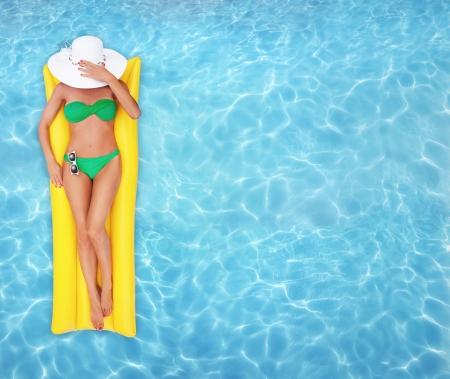 Ontspannen in een pool Stockfoto - 23955295